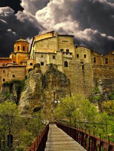 Cuenca, ciudad española perteneciente a la comunidad autónoma de Castilla-La Mancha y capital de la provincia de su mismo nombre. Está declarada Patrimonio de la Humanidad y es candidata a Capital Europea de la Cultura en el año 2016.    Limita con las provincias de Valencia, Albacete, Ciudad Real, Toledo, Madrid, Guadalajara, y Teruel.