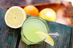 Wusstest du, dass das in der Zitrone enthaltene Vitamin C ein idealer Verbündeter der Gesundheit deiner Haut ist? Es regt die Produktion von Bindegewebsfasern wie…