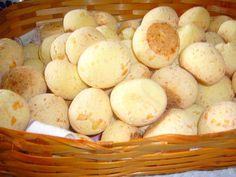 Pão de queijo de liquidificador:  1/2 xícara de óleo · 1 xícara de leite · 2 xícaras de polvilho azedo · 1 ovo · 1 colher de cafezinho de sal (o queijo já tem sal) · 50g de mussarela ralada ou 1 pacote de 50 g de queijo ralado  Coloque tudo no liquidificador e bata até a mistura ficar uniforme, despeje nas formas e deixe-os assar em forno médio até que fiquem dourados e crocantes.  · Dica: use  temperos de sua escolha como pimenta do reino, orégano, curry, alho, cebolinha...