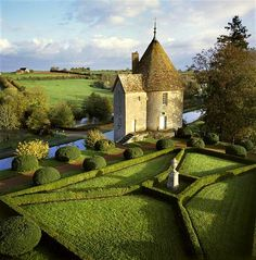 Garden House in Chateau de Chatillon in Bourgogne, France photo via indigo Photo Chateau, Parks, French Style Homes, French Chateau, Topiary, Oh The Places You'll Go, Beautiful Gardens, Beautiful Flowers, Beautiful Places