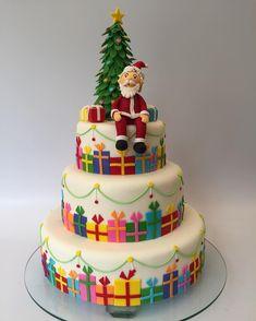 Wonderful Christmas Cake Decorating Ideas To Try Asap Fondant Christmas Cake, Christmas Birthday Cake, Christmas Cupcakes, Christmas Cake Designs, Christmas Cake Decorations, Holiday Cakes, Christmas Deserts, Christmas Cooking, Celebration Cakes