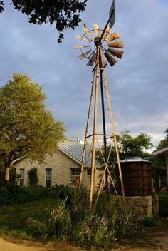 Farmhouse complete with windmill~~~~~~~~~~~~jeje. Hill Country Homes, Texas Hill Country, Country Farm, Country Life, Country Living, West Texas, Farm Barn, Old Farm, Old Windmills
