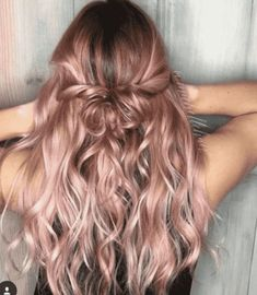 Rose Gold Ombre Hair Color Ideas Rose Gold Ombre Hair Color Ideas, Somewhere between full-on pink, strawberry blonde, and the redhead is our new favorite color: rose gold hair. Whoever figured out that shimmery gold a. Cabelo Rose Gold, Ombre Hair Color, Blonde Rose Gold Hair, Rose Gold Balyage, Rose Pink Hair, Pink Blonde Ombre, Rose Gold Toner Hair, Rose Gold Hair Colour, Rose Hold Hair