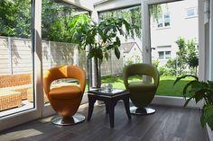 Wintergarten mit stilvoller Sitzgruppe und Holzfliesen #sitzgruppe #wohnen #clubsessel #sessel #leder #marokkanisch #lwintergarten #holzhaus #fertighaus #modern #sichtdecke #neubau #interior #einrichten #architektur #architecture #schönerwohnen #wohnen