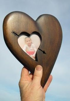 FREE step by step ins… DIY Wood Heart Picture Frame Valentines Day craft project. FREE step by step instructions. Wooden Crafts, Diy Wood Projects, Crafts For Teens To Make, Wood Carving Tools, Heart Pictures, Frame Crafts, Diy Frame, Diy Holz, Project Free