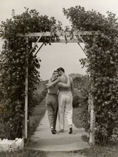 Black and White Vintage Photography: Take Photos Like A Pro With These Easy Tips – Black and White Photography Romantic Photos, Romantic Couples, Cute Couples, Teen Couples, Vintage Romance, Vintage Love, Vintage Kiss, Couples Vintage, Vintage Couple Pictures