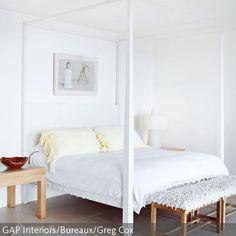 Das weiße Himmelbett aus Holz besitzt keinen Baldachin, sondern besteht nur aus dem nackten Gerüst. Dies gibt dem Schlafzimmer einen romantischen Charakter.  …