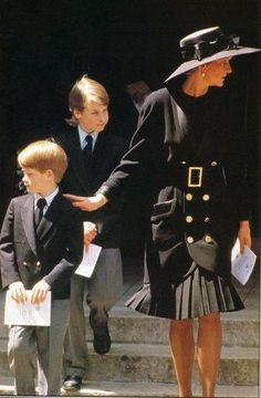 1992 William y Harry acompañan a su mami en el velorio del papá de ésta