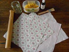 Een tijd geleden zag ik op de blog van Emily-Jane Lowe dat ze bijenwasdoeken maakt om haar potten mee af te dekken en de kaas in te bewaren....