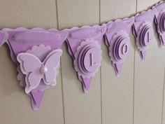 A la hora de decorar, hemos dicho miles de veces que los límites reales están en nuestra imaginación, ya que hay una cantidad impresionante de ideas a las que se le puede dar vida. Sin Butterfly Birthday, Butterfly Baby Shower, Butterfly Party, Purple Butterfly, Baptism Banner, Purple Baby, Baby Shower Purple, Baby Banners, Birthday Banners