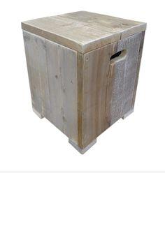 •Met de hand vervaardigde stoer krukje met aan twee kanten een handvat gemaakt uit gebruikt steigerhout. •Deze boekenkast heeft een afmeting van 40 x 40 x 45. •Ook te gebruiken als bijzettafel. Deze kruk is perfect te combineren met verschillende stijlen.