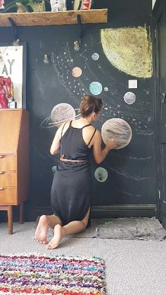 This is a quick and fun way of updating the decor in your kiddos room cool bedroom. Make it a project for the whole family and change it up regularly. Chalkboard Wall Kids, Chalkboard Wall Bedroom, Chalk Wall, Bedroom Murals, Bedroom Wall, Kids Bedroom, Bedroom Decor, Bedroom Ideas, Easy Diy Room Decor