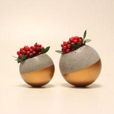 Macetas de Pallina hecha a mano color oro puede utilizarse para cactus, plantas suculentas y poco. Son adecuados para uso interior y exterior. Puede colocar las plantas dentro de Pallina sin nada o con macetas de plástico de Ø5.5cm. Dimensiones de Pallina de tamaño grande; Ø exterior: 9,5 cm Ø interior: 5,5 cm  Dimensiones de Pallina de tamaño pequeño; Ø exterior: 7,5 cm Ø interior: 5,5 cm  Conjunto de 2 macetas, las plantas no están incluidas.  Los artículos se envían dentro de 2-5 días…