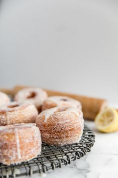 Like croissants, these cronuts consist of buttery, flakey layers. Deep fried, these cronuts have a crisp exterior, while the inside remains soft and delicate. The donuts are rolled in sugar and topped with a lemon glaze. Just Desserts, Delicious Desserts, Yummy Food, Breakfast Recipes, Dessert Recipes, Recipes Dinner, Churros, Baking Recipes, Cookie Recipes