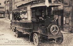 Les moyens de transport du Paris d'antan. Un autobus parisien converti en ambulance pendant la Grande Guerre... (carte postale, 1914)