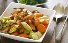 Try our recipe for roasted leeks and carrots with thyme and honey. This easy recipe shows you how to roast leeks to perfection. It's a great side dish Mississippi Mud Pie, Roasted Carrots, Gourmet Recipes, Dinner Recipes, Healthy Recipes, Keto Recipes, Leeks And Carrots Recipe, Roasted Winter Vegetables, Dinner Ideas