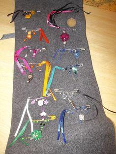 petite astuce pour transporter mes broches épingles je les ai accrochées sur une écharpe