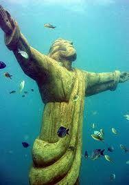 Este Cristo lo hundieron en el agua los pescadores de Sal para que los protegiera. Se puede ver haciendo snorkel