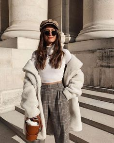 Shared by Lexi B. Find images and videos about fashion, style and outfit on We Heart It - the app to get lost in what you love. Mode Outfits, Winter Outfits, Fashion Outfits, Womens Fashion, Fashion Pics, Beige Faux Fur Coat, Casual Chic, Outfit Invierno, Outfits Mujer