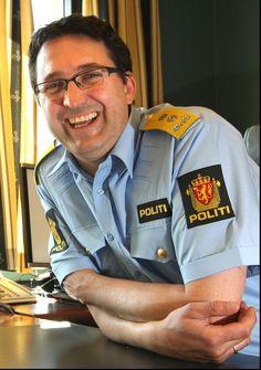 Ole B. Sæverud er på plass i politimesterstolen i Tromsø. Planen var at fylkets nye politimester skulle tiltre til høsten, på grunn av oppsigelsestiden med hans tidligere arbeidsgiver. Men allerede nå er Ole B. Sæverud på plass i politimesterstolen. – Det er fornuftig å tiltre nå, så jeg kommer i gang. Det skjer mye fra august og utover, så da er det greit å få ordnet en del praktiske ting nå.