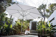 Parasol of very high quality. Parasol that adorn the patio and provide shade. Sun Umbrella, Outdoor Umbrella, Patio Umbrellas, Contemporary Outdoor Furniture, Outdoor Furniture Design, Sun Sails, Vaison La Romaine, Wooden Patios, Parasols