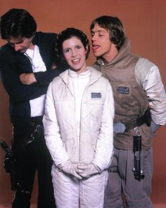 Han Solo (Harrison Ford), Princess Leia (Carrie Fisher) and Luke Skywalker (Mark Hamill) Star Trek, Star Wars Cast, The Force Star Wars, Leia Star Wars, Star Wars Luke Skywalker, Marvel Dc, Harison Ford, Starwars, Por Tras Das Cameras