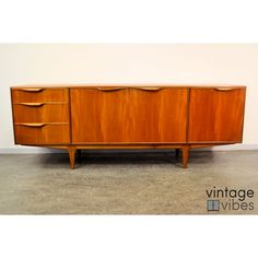 1 cm te hoog... Vintage teak sideboard by well-loved Scottish brand A.H. McIntosh & Co. Ltd. A stylish piece of quality mid-century modern design.