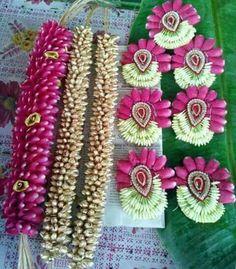 Indian Bridal Hairstyles, Bride Hairstyles, Bridal Flowers, Flowers In Hair, Hair Designs, Flower Designs, Hair Design For Wedding, Bridal Hair Buns, Hairdo Wedding