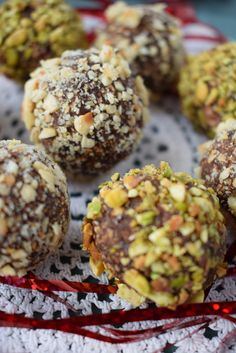 Dates truffles with pistachios and hazelnuts, in fact some no bake raw balls, very good, quick and easy to make, which can be eaten as fast as you made them Raw Balls, Truffles, Delicious Desserts, Dating, Chocolate, Eat, Breakfast, Food, Pistachio