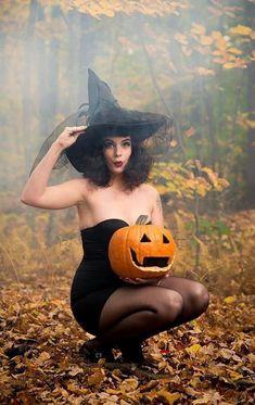 Witch. Halloween Pin Up, Halloween Tags, Halloween Inspo, Halloween Costumes, Vintage Halloween Photos, Halloween Makeup, Happy Halloween, Samhain, Pinup