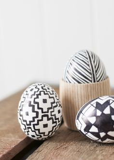 Easy black and white easter eggs for the minimal modern home.