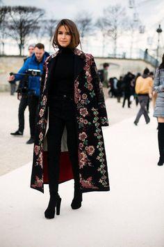 Un total look noir avec un manteau fleuri