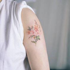 Tatuaje de un ramo de flores situado en el brazo izquierdo. Artista tatuador: Sol Tattoo