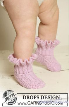 Sweet Sorbet Socks - Knitted booties with ruffles for baby and children in DROPS Baby Merino - Free pattern by DROPS Design Baby Knitting Patterns, Baby Knitting Free, Knitting For Kids, Baby Patterns, Knitting Socks, Scarf Patterns, Crochet Patterns, Knit Baby Booties, Baby Boots