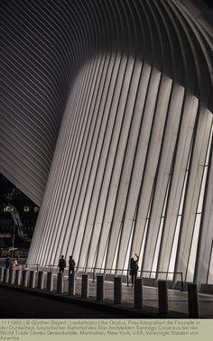 the Oculus, Frau fotografiert die Fassade in der Dunkelheit, futuristischer Bahnhof des Star Architekten Santiago Calatrava bei der World Trade Center Gedenkstätte, Manhattan, New York, USA, Vereinigte Staaten von Amerika