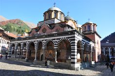 圧倒的なブルガリア人の魂の砦「リラ修道院」