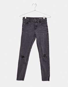 Spodnie super skinny z przetarciami.  Odkryj to i wiele innych ubrań w Bershka w cotygodniowych nowościach