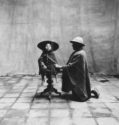 Cuzco Peru, Irving Penn 1948 - father kneeling with seated child Video Photography, Vintage Photography, Fashion Photography, Irving Penn Portrait, Richard Avedon, Event Marketing, Family Album, Vogue Magazine, Old Pictures