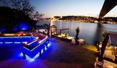 Com uma fascinante mistura de Oriente e Ocidente e história e modernidade, Istambul também oferece uma agitada vida noturna e brilha ainda mais depois que a noite cai.  Essa vista incrível é Lacivert Restaurant, que fica no lado asiático da cidade e é, provavelmente, o melhor restaurante da Turquia. #LocalNightlife