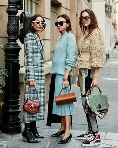 The Latest Street Style From Paris Fashion Week Click through to see the latest street style shots from the spring 2019 shows happening in Paris this week. - The Latest Street Style From Paris Fashion Week Paris Street Fashion, Printemps Street Style, Spring Street Style, Paris Fashion Weeks, Street Chic, Street Style 2018, Street Style Fashion, Fashion Week 2018, Summer Street