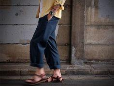 およそ1970年代頃のスラックス。薄手の平織り生地なので、ラフにロールアップしてサンダルなんかと合わせても面白い。程よくゆとりのあるシルエットってのもTee 一枚にマッチしそう。  #vintage #slacks #wool #dress #bottom #fashion #style #mens #70s #navy #ヴィンテージ #スラックス #ドレス #カジュアル #ファッション #スタイル #ネイビー