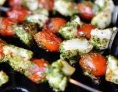 Træ kylling, tomater og løk på 8spyd. Legg dem på et fat. Bland olje og hvitløk i en liten bolle. Pensle spydene med blandingen. Grill spydene i 8–10minutter, og server med salat, oppskårne grønnsaker og pesto.