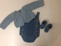 Patrón en español para conjunto de chaqueta, ranita y patucos con agujeros trenzados