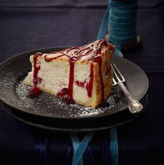 Das Universalgenie Käsekuchen passt sich mit Lebkuchengewürz und Cranberrys auch dieser Jahreszeit an. Himbeerkonfitüre on top ist der Clou.