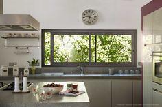 Une cuisine spacieuse et lumineuse pour vos pauses gourmandes... Crédit: A. Solver Architecture - Photo : Richard SPRANG - Une réalisation Profils Systèmes