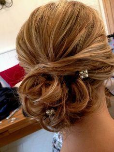 Braune Haare mit Ombre Look kleine Perlen als Haarschmuck Hochsteckfrisuren Hochzeit
