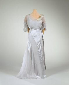 Marjorie Merriweather Post's daughter, Eleanor Post Close wore this gown for her marriage to Etienne Marie Robert Gautier in Paris on April Gerbera, 1930s Fashion, Vintage Fashion, Wedding Attire, Wedding Gowns, Pretty Outfits, Pretty Clothes, Evening Dresses For Weddings, Dress Hats