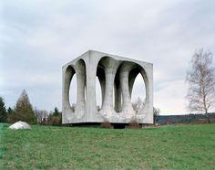 25 Abandoned Futuristic Monuments in Ex-Yugoslavia Architecture Russe, Modern Architecture, Memorial Architecture, Concrete Sculpture, Art Sculpture, Land Art, Antigua Yugoslavia, Ex Yougoslavie, Monuments