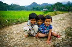 Three kids in Rantepao (Photo credit Phitar)- Joy, connection with Earth (do not feel afraid of putting their hands on the ground), innocence. 3 Kids, Three Kids, The Future Of Us, Portraits, Faith In Humanity, Beautiful Children, Landscape Photos, First World, Photo Credit