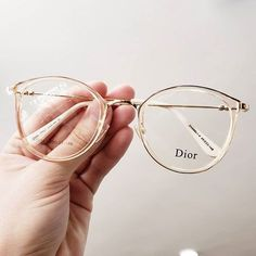 13 Armazones que combinarían con todos tus outfits 13 Frames that would match all your outfits Glasses Outfit, Fashion Eye Glasses, New Glasses, Glasses Frames Trendy, Vintage Glasses Frames, Glasses Trends, Lunette Style, Celebrity Jewelry, Celebrity Style